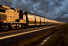 Поезд на заходе солнца Стоковые Изображения RF