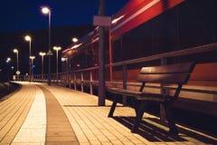 Поезд на станции на ноче Стоковая Фотография