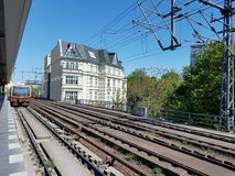 Поезд на станции с Белым Домом стоковое изображение rf