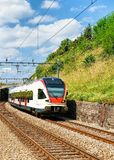 Поезд на тропе Швейцарии террас виноградника Lavaux Стоковое Фото