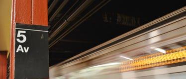 поезд 5-ого знака метро Ave Moving стоковое изображение