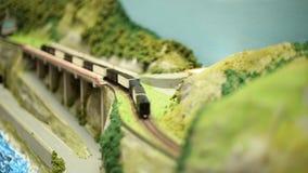 Поезд пара миниатюрного модельного масштаба железнодорожный с фурами управляет видеоматериал