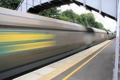поезд перевозки быстро проходя Стоковое Фото