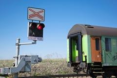 Поезд пересек контролируемый железнодорожный переезд Железнодорожный переезд светов знака стоковое фото