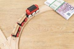 Поезд поворачивает к деньгам стоковые фотографии rf