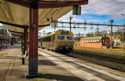 Поезд приезжает и выходит на trainstation Стоковая Фотография