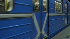 Поезд приезжает на станцию метро Станция метро города подземная Поезд покидая станция метро Стоковые Изображения RF