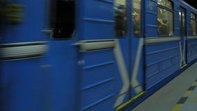 Поезд приезжает на станцию метро Станция метро города подземная Поезд покидая станция метро Стоковое Фото