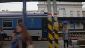 Поезд приезжая к станции сток-видео