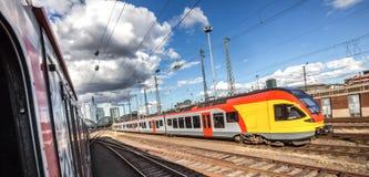 Поезд приезжая на Франкфурт Германию Стоковое фото RF