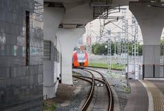 поезд причаливая вокзалу Стоковые Изображения