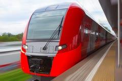 поезд причаливая вокзалу Стоковое Изображение RF