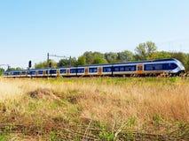 Поезд проходя в открытое поле стоковое изображение