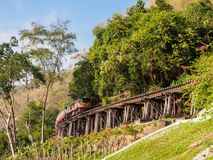 Поезд путешествуя вдоль исторической смерти Railaway Таиланда Стоковая Фотография