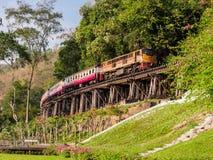 Поезд путешествуя вдоль исторической смерти Railaway Таиланда Стоковое Фото