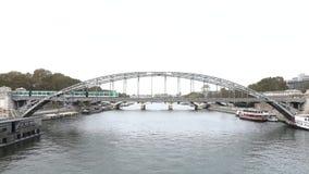 Поезд системы метро метро Парижа подземный проходя на мост в Париже акции видеоматериалы