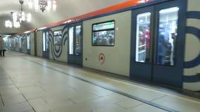 Поезд сообщает и закрывает дверь сток-видео