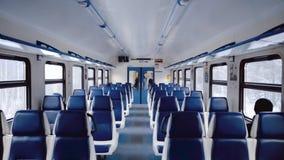Поезд со свободными местами Символ перемещения Салон внутри перехода для туристов Предпосылка для помечать буквами и вебсайта акции видеоматериалы