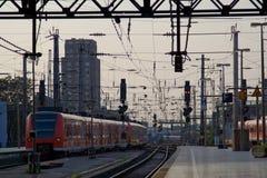 поезд станции вечера Стоковое Изображение