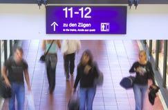 поезд станции знака Германии Стоковое фото RF