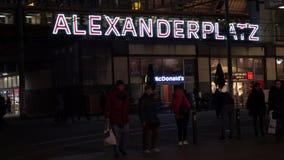 Поезд, трамваи и пассажиры на станции Alexanderplatz, Берлине, Германии акции видеоматериалы