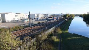 Поезд трамвая UK's обслуживания Supertram дилижанса Шеффилда первый покидая железнодорожный вокзал 25-ое октября 2018 Parkgate видеоматериал