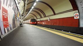 Поезд трубки на платформе в Лондоне Стоковое Фото