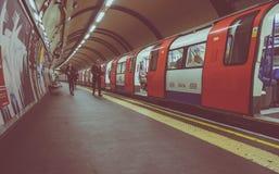 Поезд трубки на платформе в Лондоне Стоковые Фотографии RF