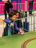 Поезд управления рулем женщины и ребенка Стоковая Фотография