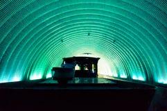 Поезд управляя через круговой зеленый голубой тоннель стоковое фото