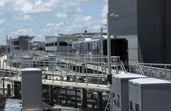 Поезд челнока крупного аэропорта, Флорида США Стоковая Фотография RF