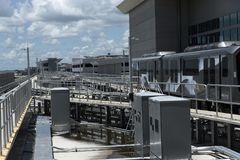Поезд челнока крупного аэропорта, Флорида США Стоковые Изображения RF