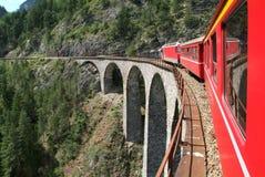 Поезд Bernina курьерский на швейцарских alps Стоковое Фото