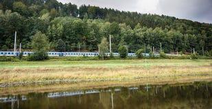 поезд deutsche в ландшафте стоковое фото