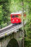 Поезд Montenvers touristic красный, идя от Шамони к Mer de Glace, массиву Франции Монблана стоковое изображение