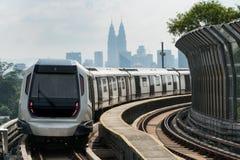 Поезд MRT быстрого переезда массы Куалаа-Лумпур причаливая к Стоковое Фото
