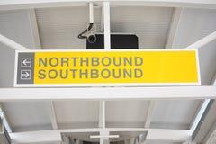 поезд northbound знака southbound стоковые изображения rf