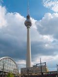 поезд tv башни станции berlin alexanderplatz Стоковое Фото