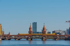 Поезд U-Bahn пересекая мост Oberbaum в городе Берлина в Германии стоковое изображение