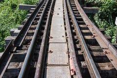 Поезда бежать на реке kwai скрещивания следа железных дорог смерти в kanchanaburi Стоковая Фотография RF