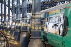 2 поезда в красивом старом вокзале в Брайтоне, Великобритании Стоковая Фотография RF