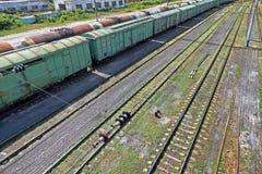 Поезда груза и пустые рельсы на станции Стоковая Фотография RF