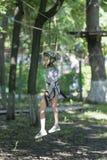 Поезда девушки в парке веревочки Стоковое Фото