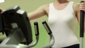 Поезда женщины в спортзале Женщина идет внутри для спортов сток-видео