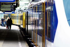 Поезда и люди на железнодорожной станции Utrecht, Голландии, Нидерландах Стоковые Фото