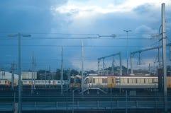Поезда на станции обслуживания в вечере Стоковое Фото