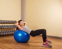 Поезда спортсмена девушки на fitball прессы Стоковые Фото