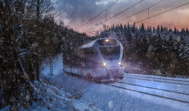 Поезд быстро проходя в снежной ноче зимы Стоковая Фотография RF