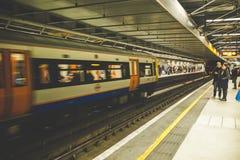 Поезд двигая платформой стоковые изображения rf
