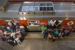 Поезд восхождения на борт толпы Стоковая Фотография